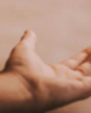 Hand, die heraus erreicht