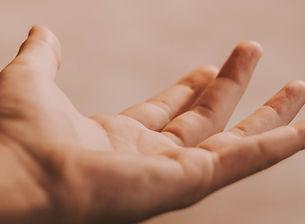 Main qui tend la main