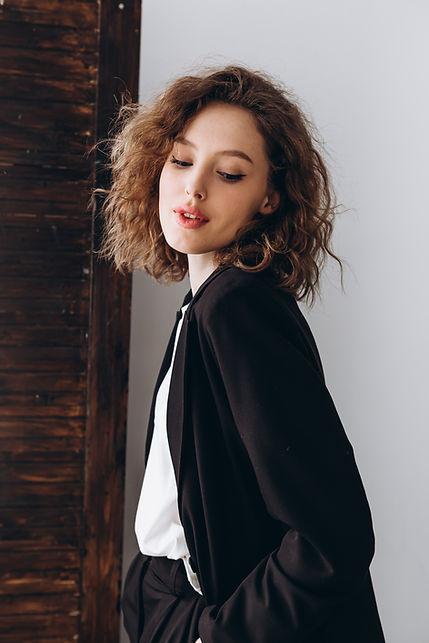 Femme en veste noire