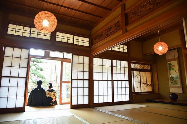 Assis à l'extérieur de la salle Tatami