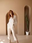 Женщина в белом костюме