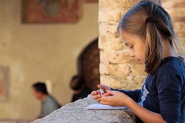 Fille écrivant sur son carnet