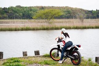 Motorrad am Fluss
