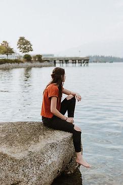 Assis sur un rocher
