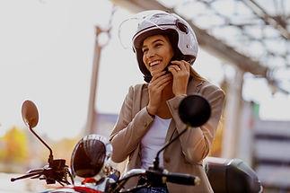 Conductor de scooter sonriente
