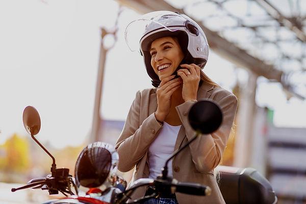 Pilote de scooter souriant