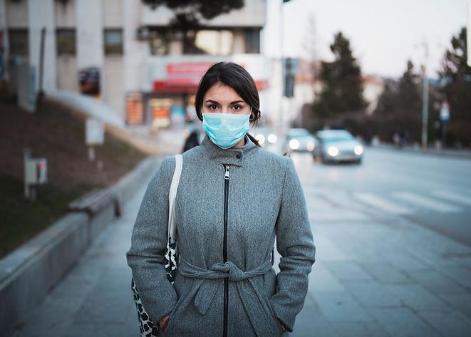 Jovem mulher com máscara