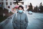 マスクを持つ若い女性