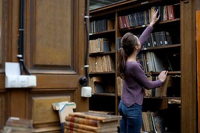 本に手を伸ばす