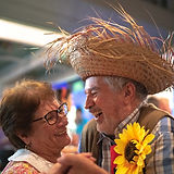 Couple heureux dansant