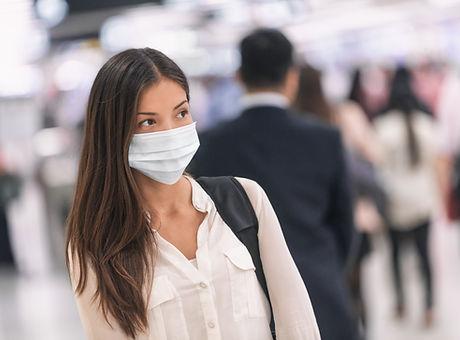 Frau mit Papiermaske