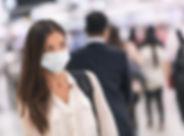 Kvinna med pappersmask