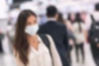 Vrouw met papieren masker