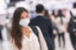 Kobieta z papierową maską