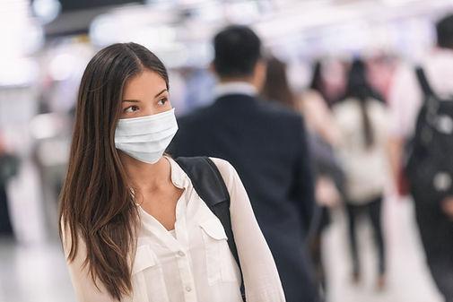 紙マスクを持つ女性