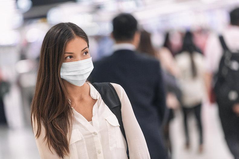 Mulher com máscara de papel