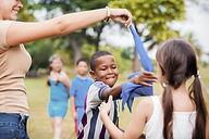 Kinder spielen im Park