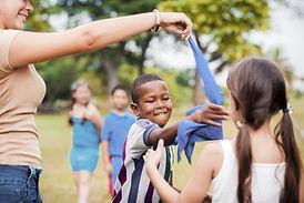 Enfants jouant dans un parc