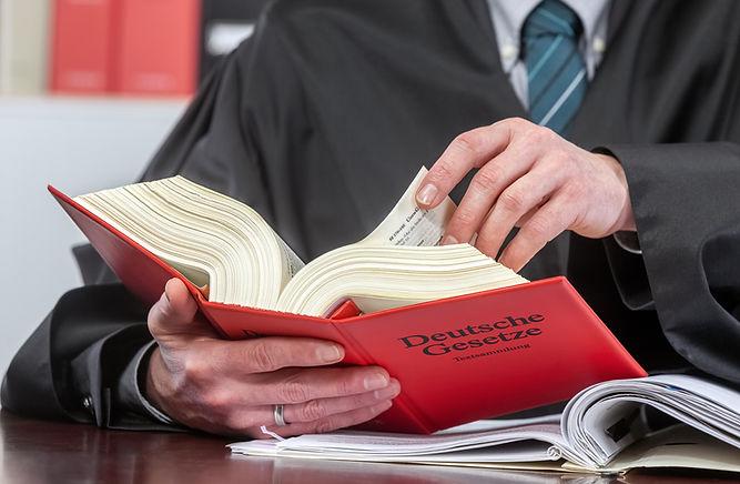 Gesetze nachlesen, eine typische Tätigkeit als Rechtsanwalt