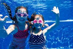 Mädchen, die unter Wasser schwimmen