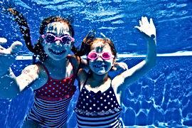 Ragazze che nuotano sott'acqua