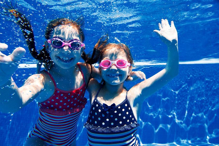 Meisjes zwemmen onder water