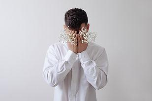 Мужская модель с белыми цветами