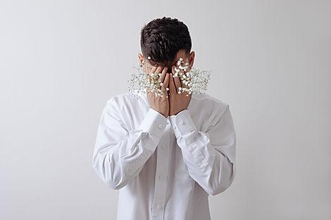 Modelo masculino com flores brancas