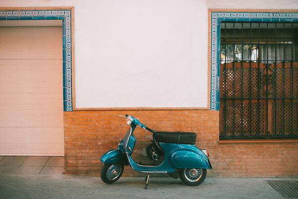 Scooter motorizado estacionado