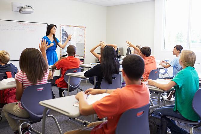 Élèves et professeurs dans une salle de classe