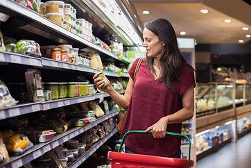 Frau, die für Lebensmittel einkauft