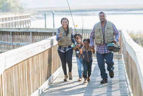 Famille allant à la pêche