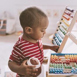 Niño jugando con ábaco