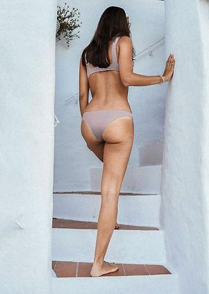 Vue arrière de la femme en bikini