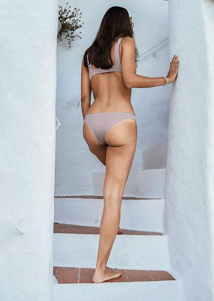 Rückansicht der Frau im Bikini