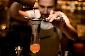 Mixologe, der ein Getränk zubereitet