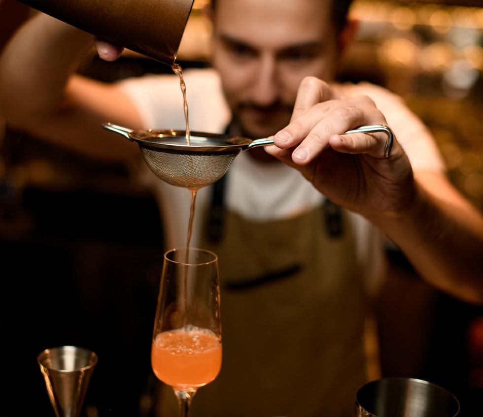 Mixólogo preparando una bebida
