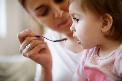 Alimentando uma criança