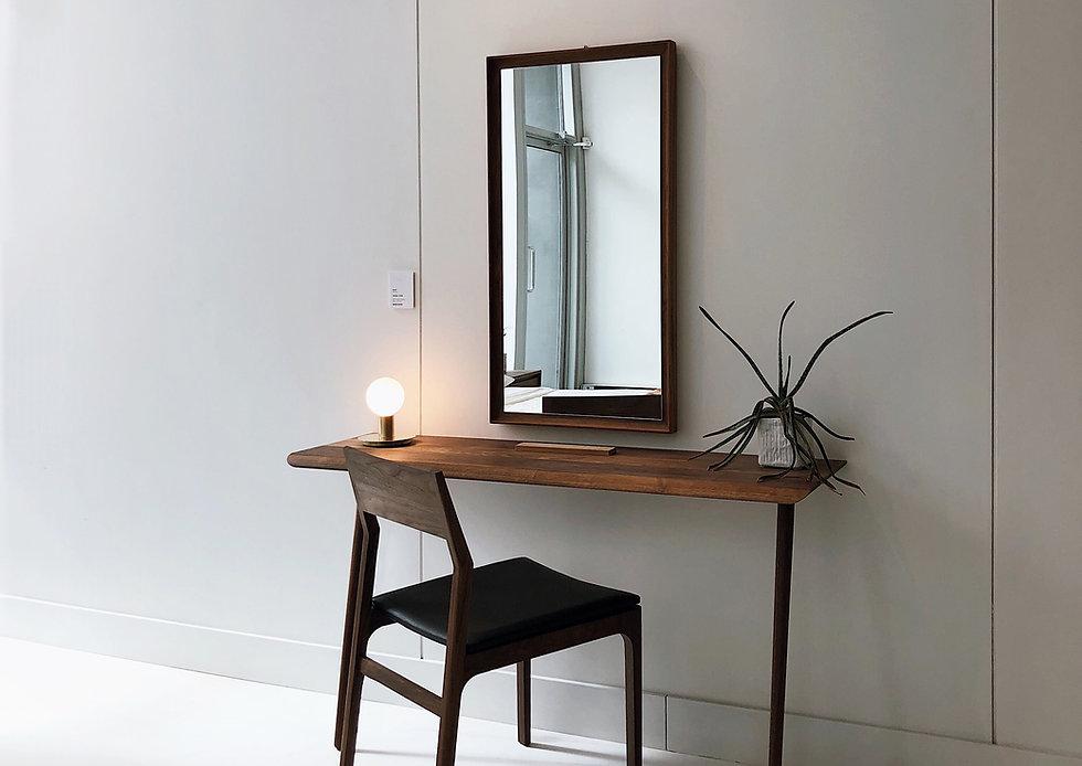 Schreibtisch und Spiegel