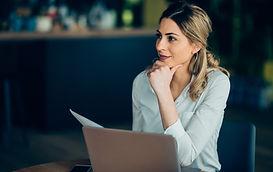 İş kadını ile laptop