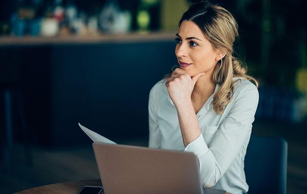 Mujer de negocios con laptop
