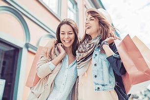 Jonge vrouwen met boodschappentassen