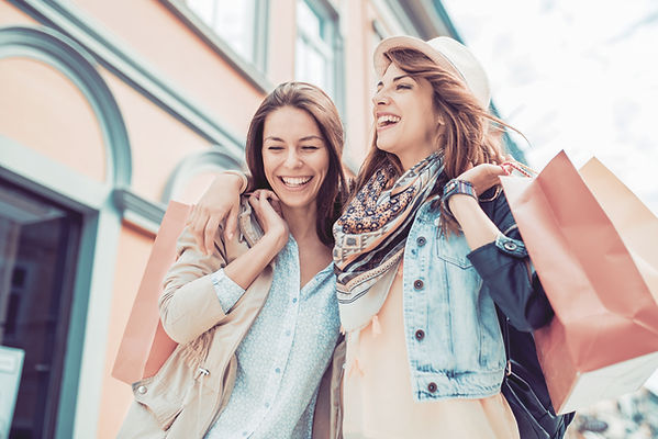 Giovani donne con borse della spesa