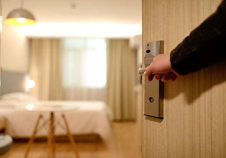ホテルの寝室の入り口