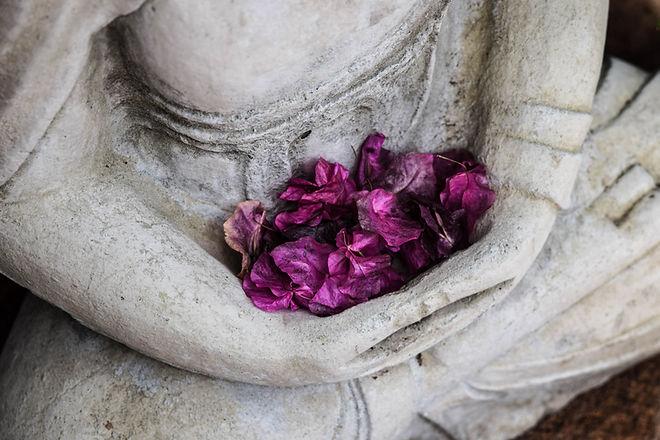 花びらを抱える銅像