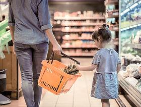 Foreldre og barn på supermarkedet