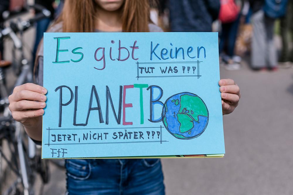 Plakat aus eine Demo auf der Straße – Ausdruck der aktiven Demokratie.