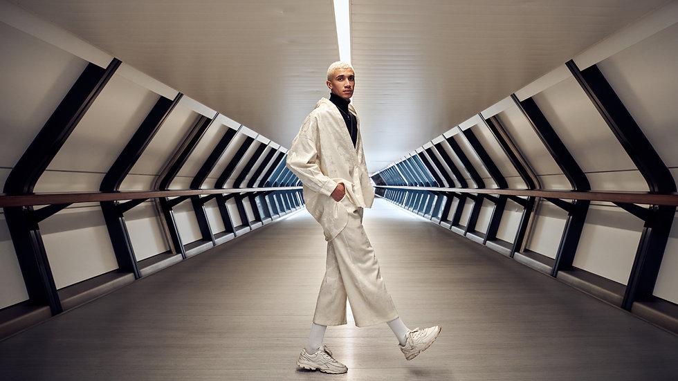 Modelo em Terno Branco