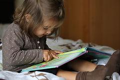 Fille lisant un livre