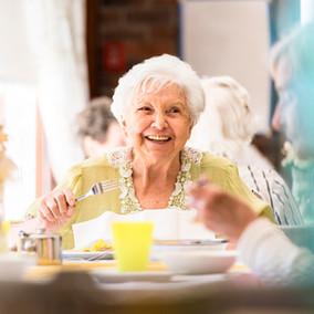 Lächelnde ältere Frau